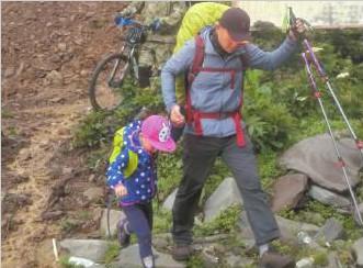 """每天走15公里 徒步川藏线半个月 4岁""""最小背包客""""抵达巴塘"""