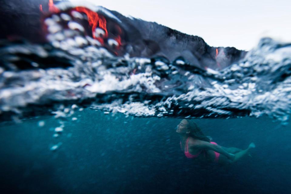 美女冒险家艾莉森-提尔在熔岩随时喷发的火山口冲浪