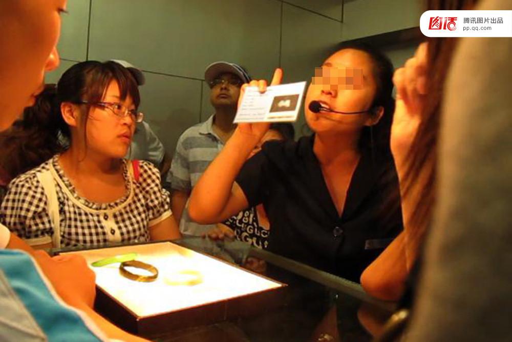中国式导游:一面打人,一面被打