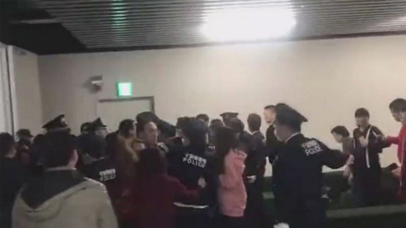 """成田机场滞留旅客""""唱国歌""""被认为行为不妥"""
